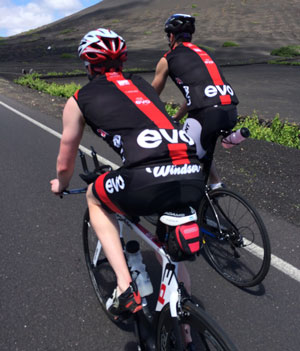 Two cyclists in Evo Tri Kit